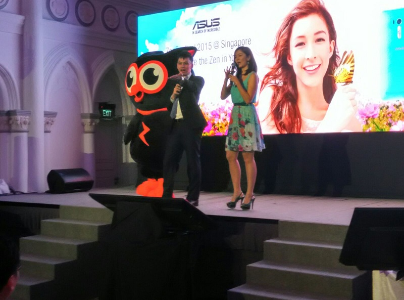 Celebrity Michelle Chong with Emcee Lester at ASUS event