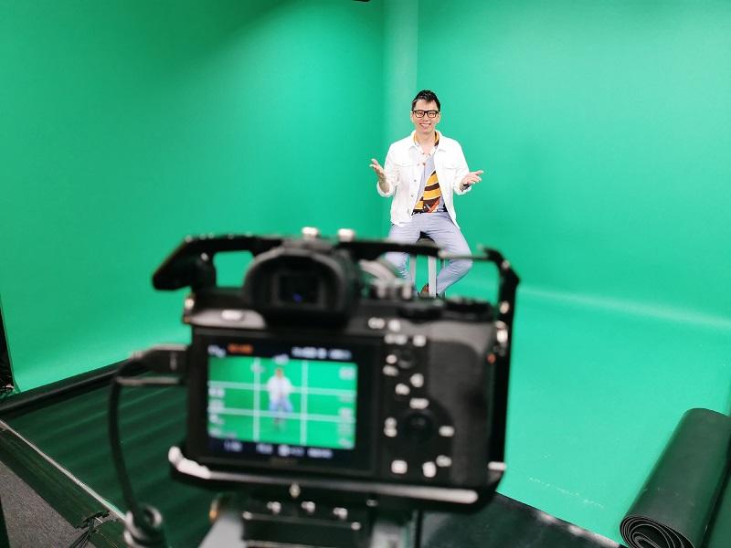 virtual emcee singapore lester leo at green screen studio